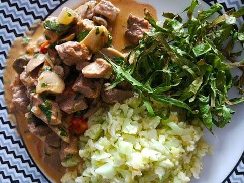 Strogonoff Low Carb com arroz de couve-flor e crispy de couve